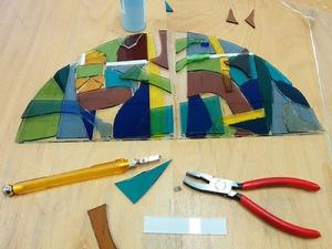 glasfusing-glasteile-werden-geschnitten-und-verschmolzen