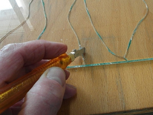 glasschneider-ritzt-das-glas-an