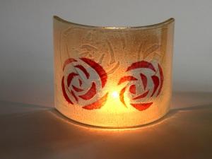 glaeserner-kerzenschirm-mit-rosenmotiv-rot-auf-weiss