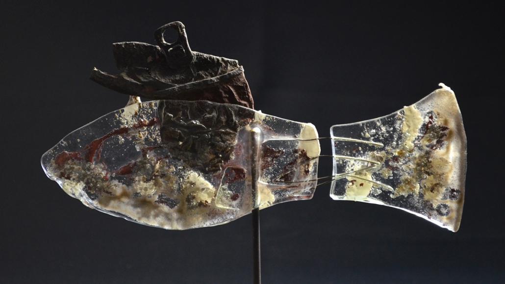 glas-skulptur-fisch mit Hut